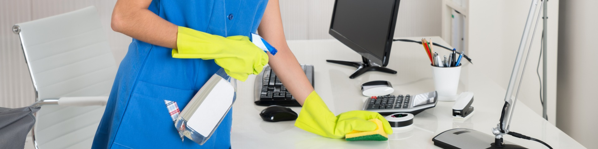 medewerker schoonmaakbedrijf Hilversum maakt werkplek schoon